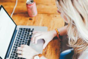 una ragazza scrive un blog